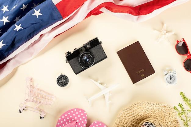 Welttourismustag top-view-modellflugzeug-kamera und amerikanische flagge