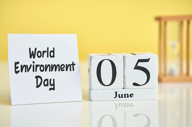 Weltumwelttag 05 5. juni monatskalender konzept auf holzblöcken.