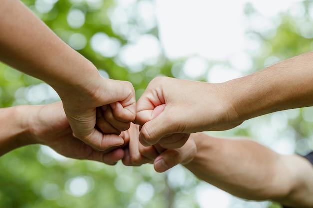 Weltumwelttag mit globalem community-teamworkgroup von freiwilligen schließen sich zusammen