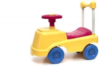 Wenig fahrt auf autospielzeug