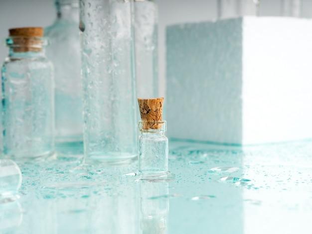 Wenige transparente flaschen, wassersprays. leere glasflaschen.