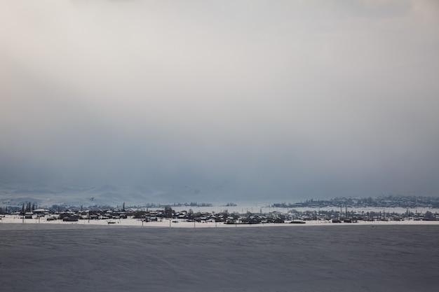 Weniger besiedeltes kleines dorf im verschneiten winter