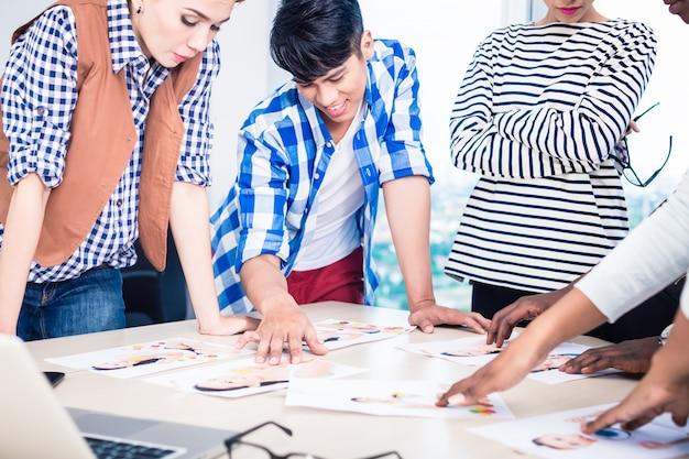 Werbeagentur-team wählt modell für kampagne