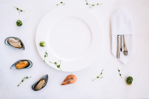 Werbekonzept für meeresfrüchte im negativen raum. leere weiße platte. traditionelles asiatisches essen.
