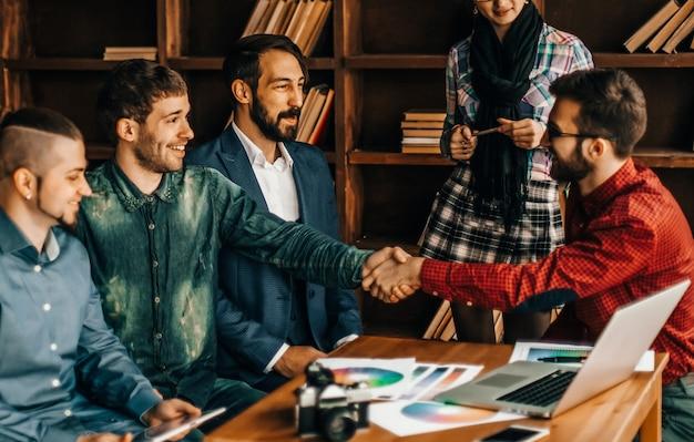 Werbeleiter mit handschlag begrüßt den kunden
