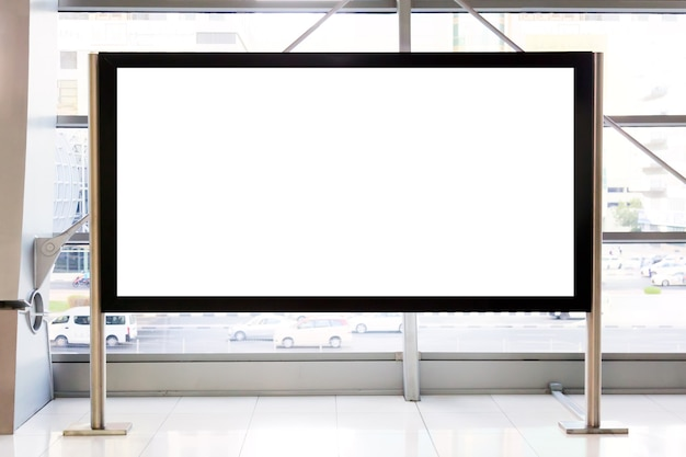 Werbemodell. leere leere plakatwand in einem einkaufszentrum oder einer u-bahn in dubai, vereinigte arabische emirate.