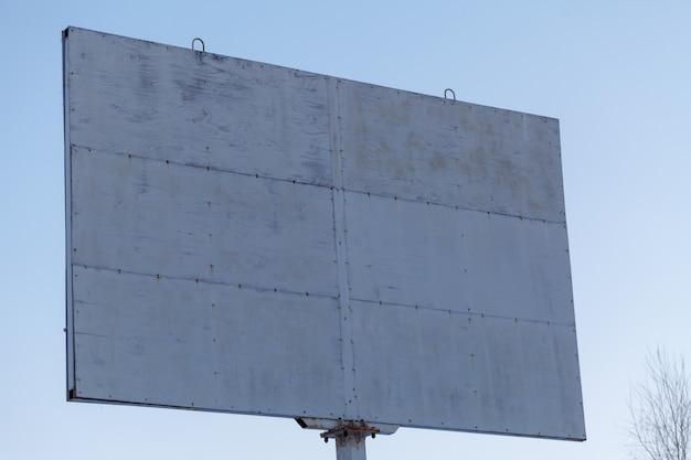 Werbetafel auf blauem himmel in der stadt