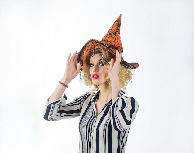Werbung für halloween-konzept magische hutfrau, die sich im halloween-kostüm mit hexenhut glücklich anzieht