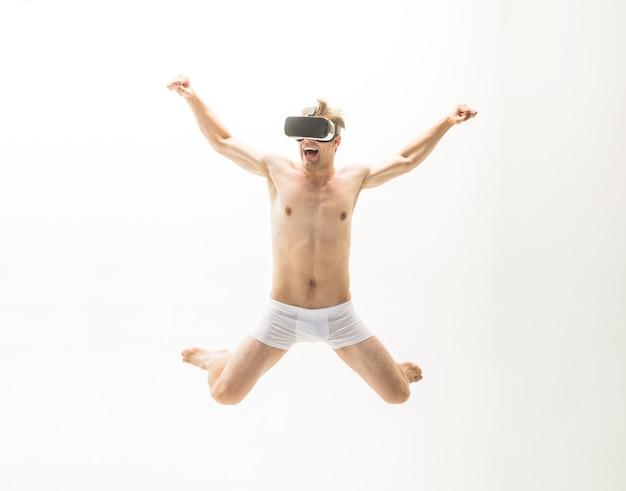 Werbung. männerunterwäsche. nackter mann im virtual-reality-headset. vr-headset. 360. zukunft. zukunfts-technologie. verkauf und rabatt. platz kopieren. springender mann.