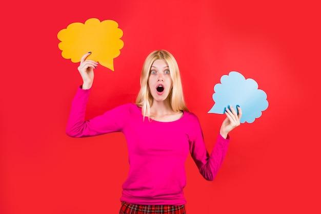 Werbung. sprechblase-banner. leere sprechblasen. überraschte frau mit werbekarte. dialog-zeichen. textblasen. verkauf und rabatt.