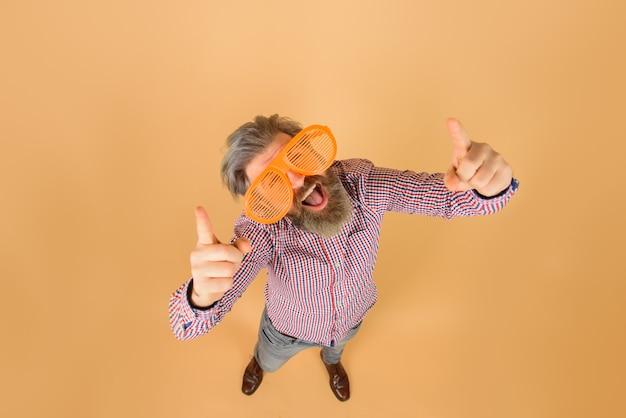 Werbung. verkauf und rabatt. lustiger mann in großen gläsern. hinzufügen. saisonverkauf. platz kopieren.