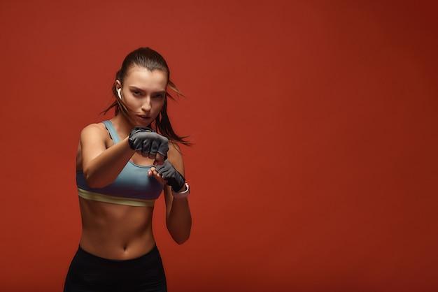 Werde aktiv, verschwitze sportlerin beim training