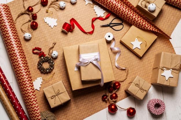 Werden zum neujahrsfeiertagshintergrund mit geschenkboxen fertig. weihnachtsfeier.