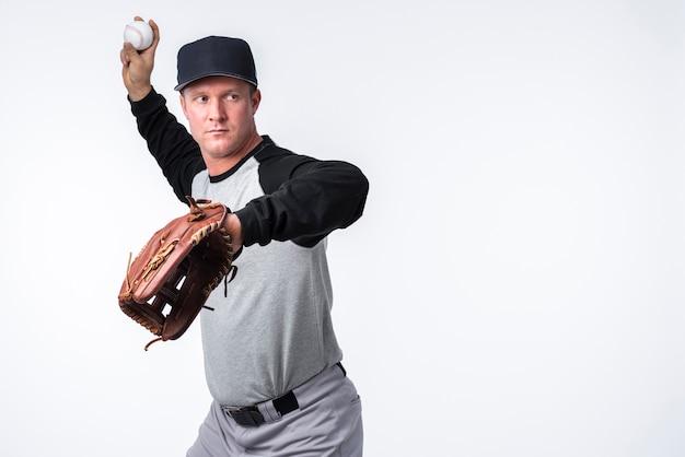 Werfender ball des baseball-spielers
