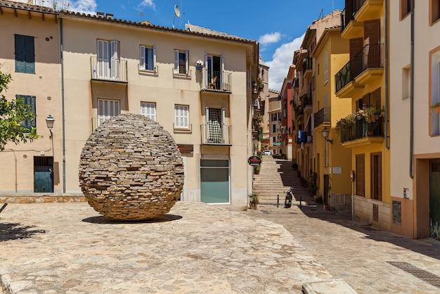 Werke von manolo paz 1999 skulptur ei aus steinen stehend auf dem platz in der nähe von wohn