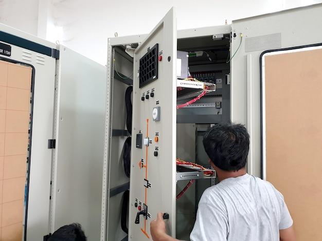 Werksabnahmeprüfung für das schutzrelais und die funktion des elektrischen steuer- und schutzpanels