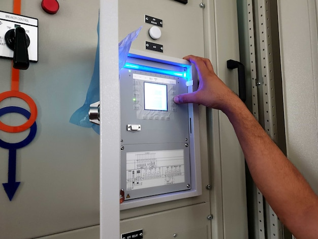 Werksabnahmetest für das elektrische bedienfeld und überprüft die einstellung des automatischen spannungsreglers erneut