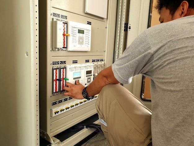 Werksabnahmetest für die elektrische schalttafel techniker überprüft die einstellung des schutzrelais erneut