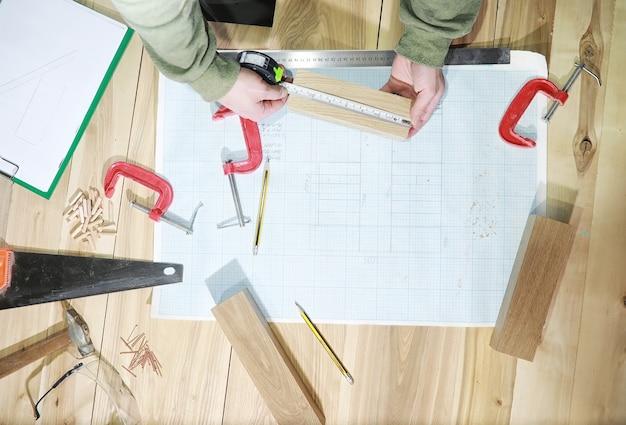 Werkstatt mit werkzeugen und elektrosägen bei der herstellung von teilen