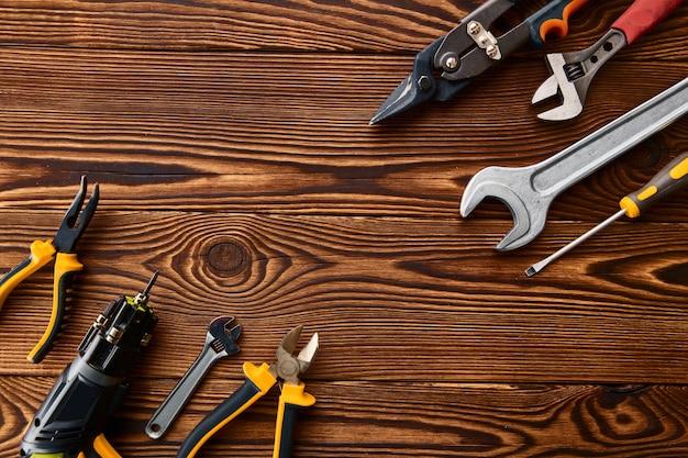 Werkstattwerkzeuge, makroansicht. professionelle instrumenten-, tischler- oder baumaschinenausrüstung, schraubendreher und schraubenschlüssel, pfähle und metallscheren