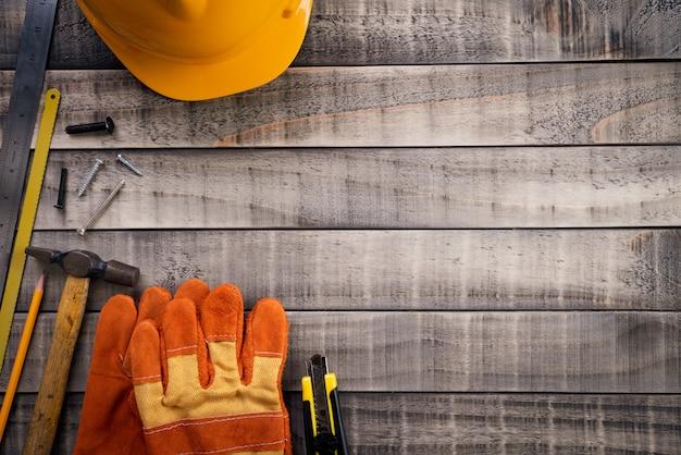 Werktag, viele handlichen werkzeuge auf hölzernem hintergrund