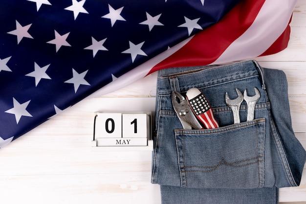 Werktagshintergrundkonzept - jeans, viele handlichen werkzeuge mit usa-flagge