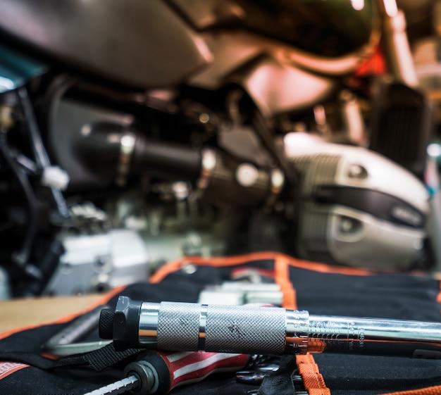 Werkzeug auf dem tisch mit einzelner zylinderkopfhaube eines motorrades