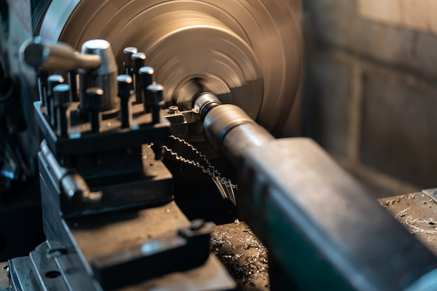 Werkzeug, das das werkstück um eine drehachse dreht, um verschiedene vorgänge auszuführen.