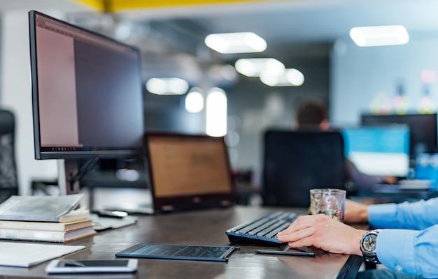 Werkzeug eines professionellen entwickler-programmierers, der an einem software-website-design und einer codierungstechnologie arbeitet. schreiben von codes und datenbanken im firmenbüro