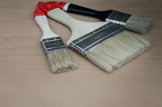 Werkzeug für backenzahnarbeiten auf baustellen und zu hause. neue pinsel für die farbe. eine reihe von gegenständen zur reparatur. freier platz für anzeigen und text. industrie.