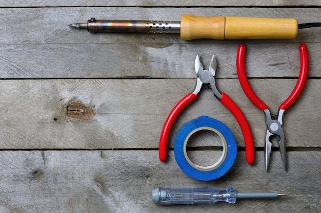 Werkzeug für die arbeit mit einem elektriker auf einem holztisch. speicherplatz kopieren