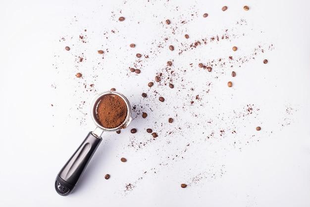 Werkzeug für die herstellung von professionellen espresso-kaffee auf einem grauen tisch