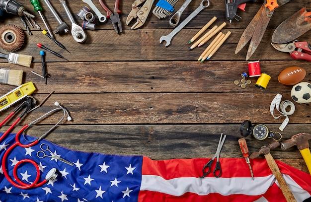 Werkzeug-gruppen-unterschiedlicher job on rustic wooden table