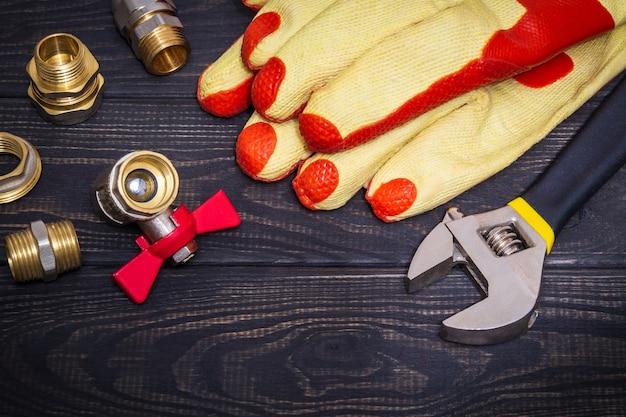Werkzeug messingbeschläge und arbeitshandschuhe