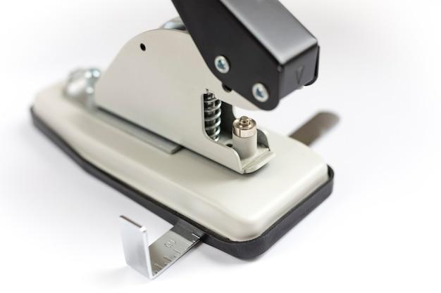 Werkzeug oder handmaschine zum anbringen der öse. locher und tüllen-installateur auf einem leuchttisch