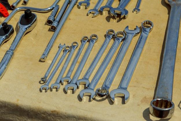 Werkzeuge am werktag und am geschäft kämpfen, werkzeuge auf einer arbeitstabelle in handarbeit machend.