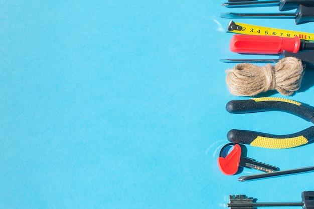 Werkzeuge auf blauem hintergrund