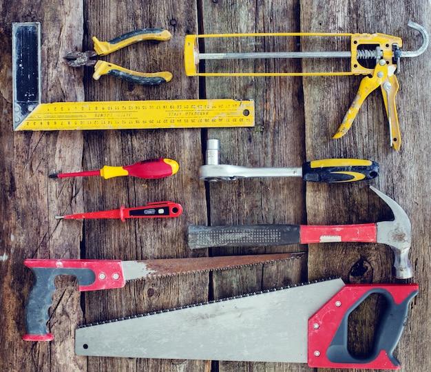 Werkzeuge auf dem holztisch