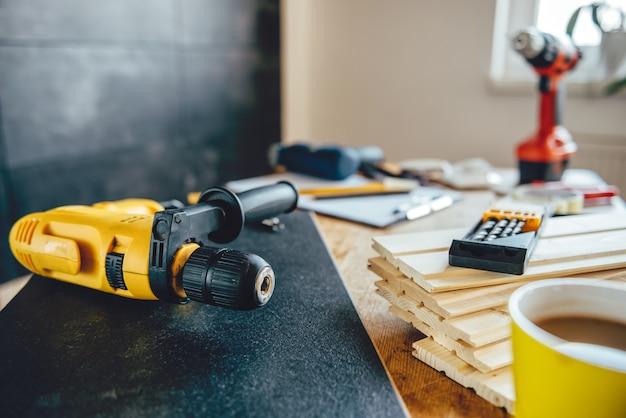 Werkzeuge auf dem tisch zu hause