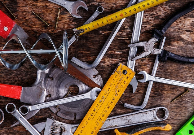 Werkzeuge auf dem tisch
