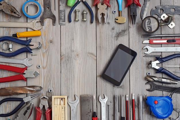 Werkzeuge auf einem bretterboden, draufsicht.