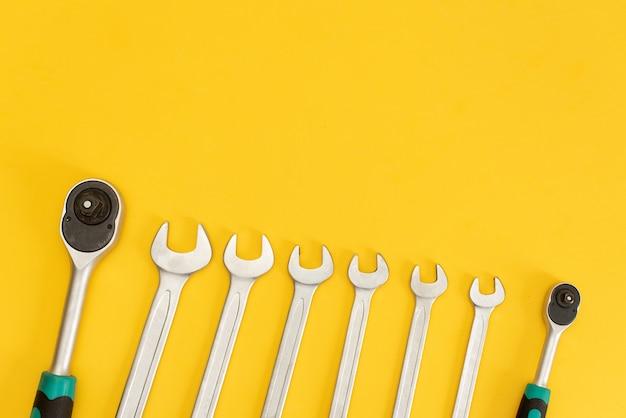 Werkzeuge auf gelbem hintergrund.