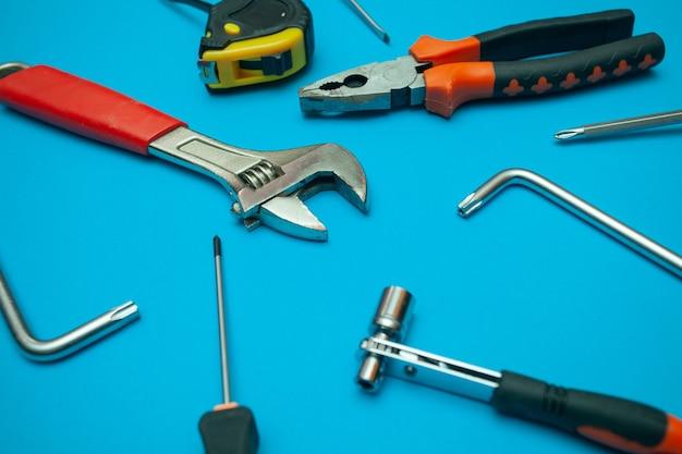 Werkzeuge auf isoliertem blauem hintergrund