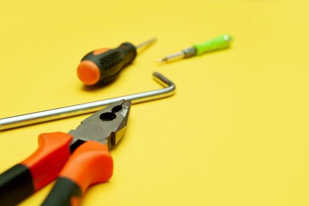 Werkzeuge auf isoliertem gelbem hintergrund