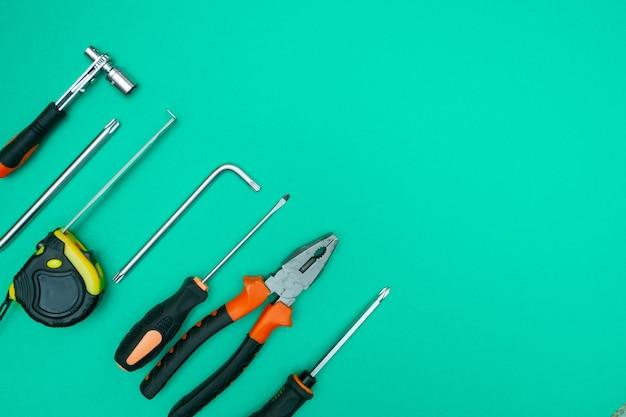 Werkzeuge auf isoliertem grünem hintergrund