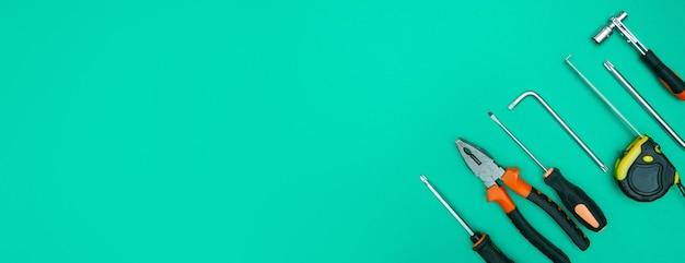 Werkzeuge auf isoliertem grünem hintergrundpanorama