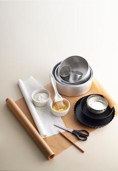 Werkzeuge bereiten sich auf das backen von kuchen vor