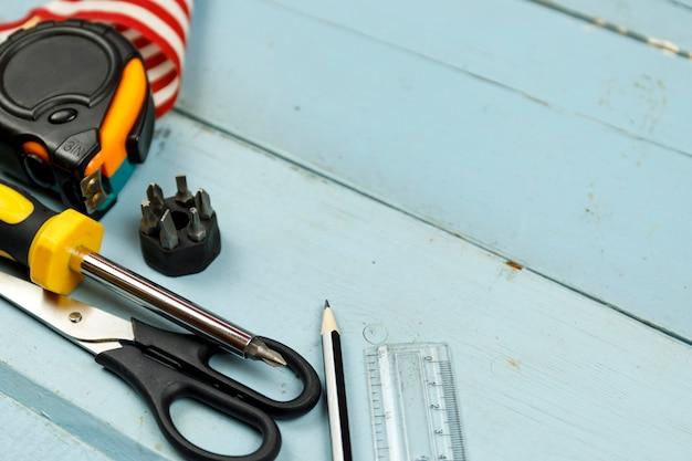 Werkzeuge der amerikanischen flagge und des baus auf blauem hölzernem