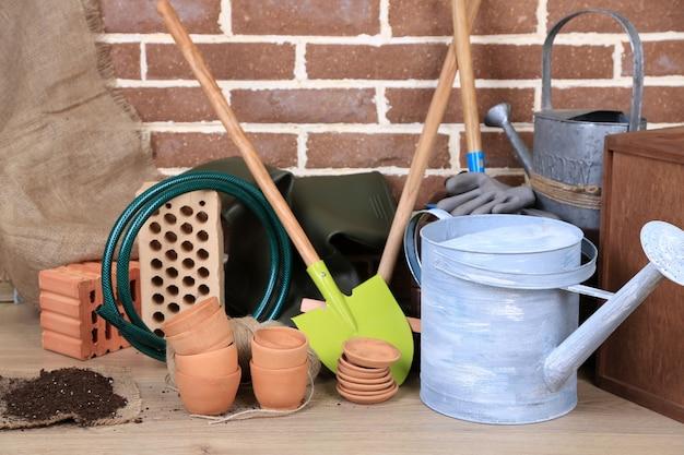 Werkzeuge des gärtners auf ziegelmauer