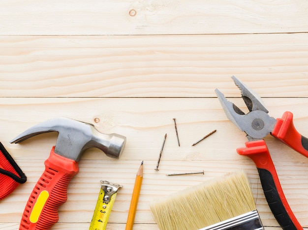 Werkzeuge des tischlers auf hölzernem schreibtisch